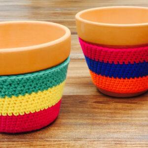 coloridas macetas forradas en crochet