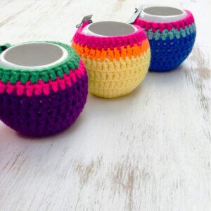 mates de cerámica forrados en crochet de varios colores