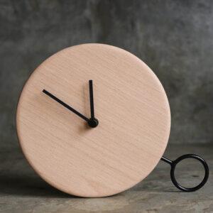 reloj minimalista en madera y metal
